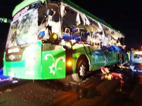 Xe khách tông xe đầu kéo, 5 người tử vong