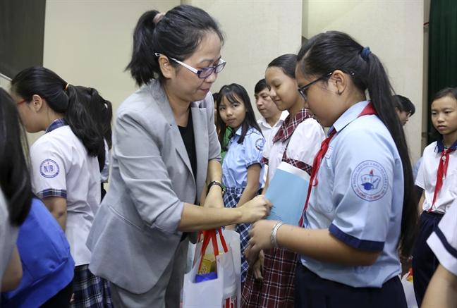 Bao Phu Nu TP.HCM trao hat mam nhan ai cho 600 nu sinh ngheo hieu hoc