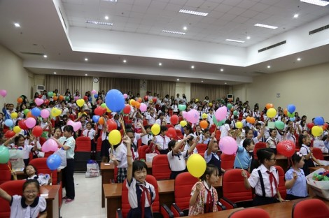 Báo Phụ Nữ TP.HCM trao hạt mầm nhân ái cho 600 nữ sinh nghèo hiếu học