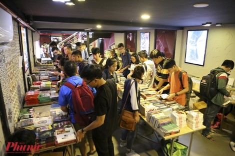 Giới trẻ háo hức săn sách giảm giá tại phiên chợ sách Sài Gòn