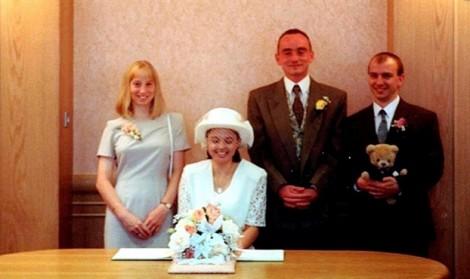 Sau 21 năm, chồng hóa thành cô dâu để cưới lại đúng vợ cũ