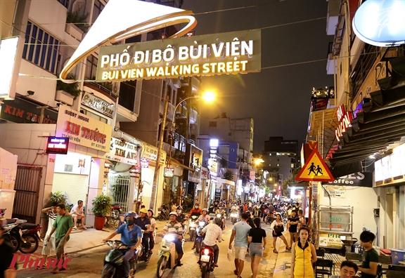 Du khach hao huc do ve Bui Vien trong ngay khai truong pho di bo