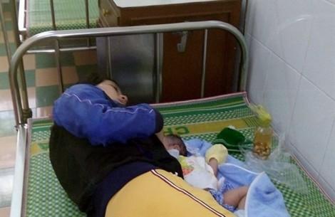Sản phụ đau đớn suốt 10 ngày vì sót nhau thai, trung tâm y tế không cho chuyển viện