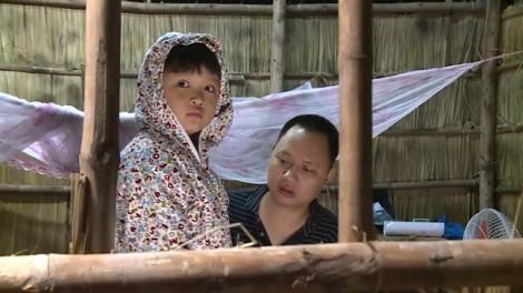 Lo bố đi xa sẽ nhớ mẹ, con trai Nguyễn Hải Phong mang theo... áo ngủ của mẹ