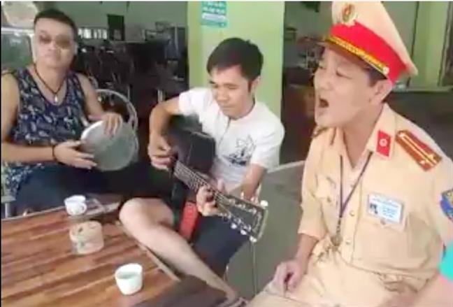 CSGT cung ca hat voi nguoi vi pham luc lap bien ban gay 'bao mang'