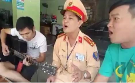 Trung tá CSGT lý giải việc cùng người vi phạm ca hát