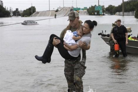 Lũ lụt kinh hoàng tại Mỹ: Bức ảnh mẹ con gốc Việt trở thành biểu tượng của tình người
