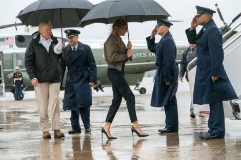 Có gì sai khi Đệ nhất phu nhân Melania Trump đi giày cao gót thăm vùng lũ?