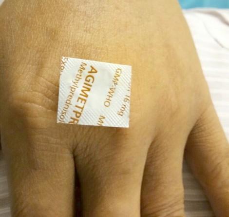 Người đàn ông nhập viện vì nửa đêm tắt điện uống thuốc