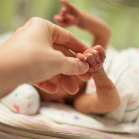 Nhận nuôi cô bé không não, cặp vợ chồng nhận được món quà vô giá
