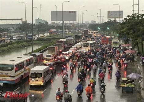 Người dân ùn ùn nghỉ lễ, cửa ngõ Sài Gòn kẹt cứng đường về quê