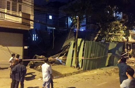 Nhiều người tháo chạy khỏi nhà 3 tầng đổ sập ở Sài Gòn