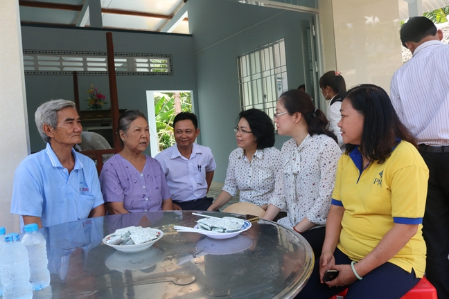 Hoi LHPN TP.HCM trao mai am tinh thuong tai Vinh Long