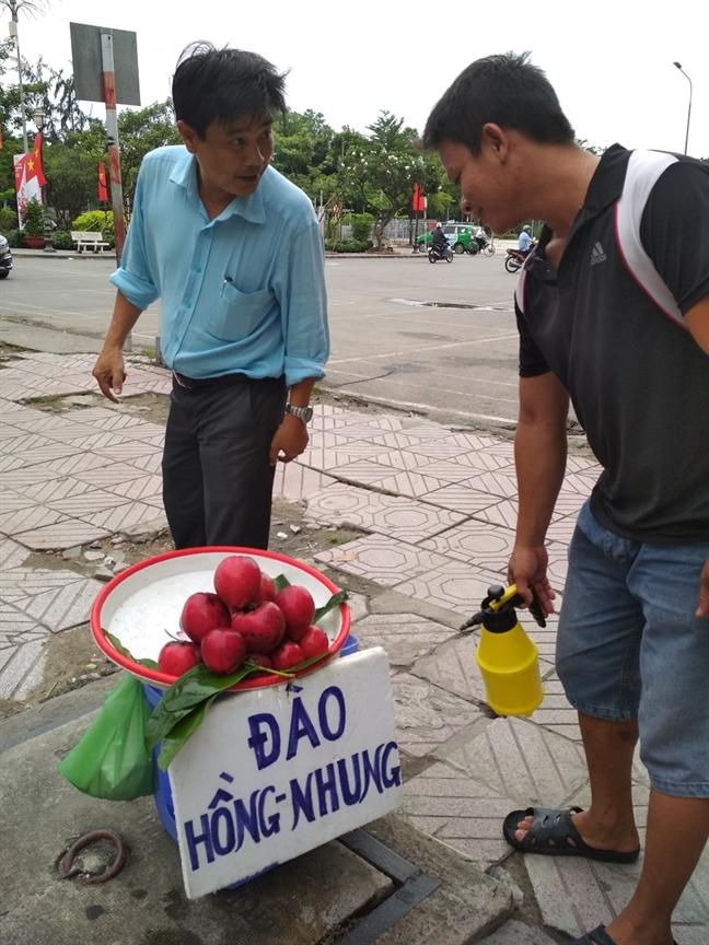 Dao hong nhung bat ngo ban tai Sai Gon, khach tranh mua hang doc la