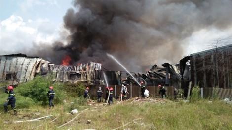 Cơ sở mua bán vải vụn ven quốc lộ chìm trong biển lửa