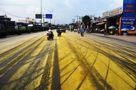 Hàng chục người đi đường bị bụi hóa chất văng trúng
