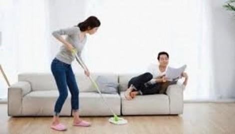 Nhờ chồng, dạy con trai làm việc nhà, tôi bị mẹ chồng chê trách, mắng mỏ