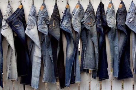 Vì sao nhiều nước cấm công chức mặc quần jeans đi làm?