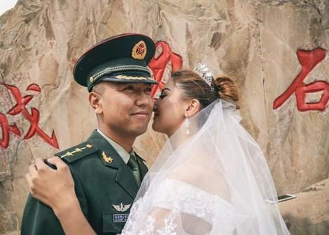 Vượt nghìn dặm để cầu hôn, cô dâu khiến chồng sửng sốt