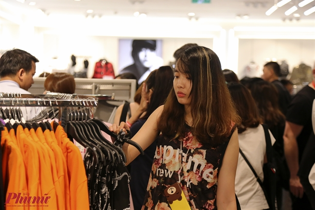 Vi sao H&M Viet Nam khien gan 12.000 nguoi chap nhan xep hang tan khuya de mua sam?