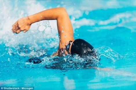 Đừng bao giờ đeo kính áp tròng khi đi bơi, nếu không muốn bị mù