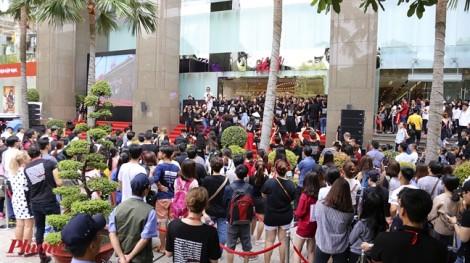 Vì sao H&M Việt Nam khiến gần 12.000 người chấp nhận xếp hàng tận khuya để mua sắm?