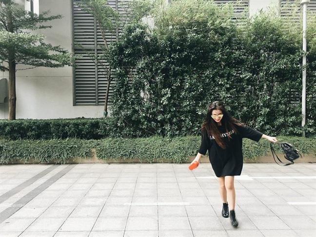 My nhan Viet phong cach voi street style trang den tuan qua