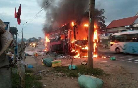 Hơn 30 người hoảng loạn tháo chạy khỏi xe khách bốc cháy kinh hoàng