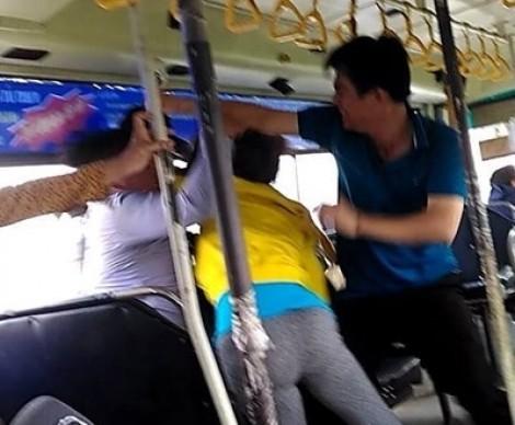 Tiếp viên xe buýt ẩu đả dữ dội với đôi nam nữ vì chuyện mở kính xe