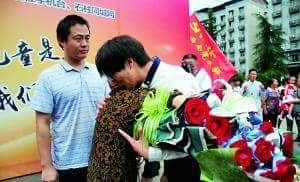 Chang trieu phu tre tuoi tim lai duoc me sau 27 nam bi bat coc