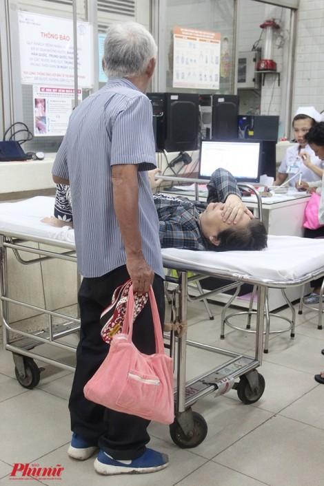 Rơi nước mắt hình ảnh cụ ông nắm chặt tay vợ trong phòng cấp cứu