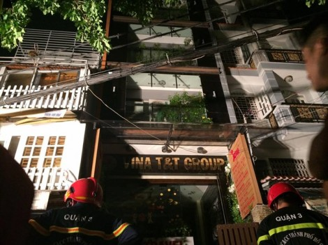 Nhiều người tháo chạy khỏi căn nhà 6 tầng bốc cháy ngùn ngụt