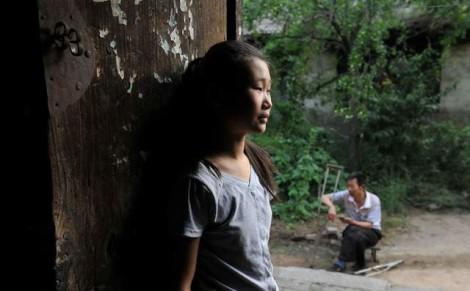 'Tiên nữ báo ân' 12 tuổi hết lòng đền ơn cứu mạng và dưỡng dục cha nuôi quá cố