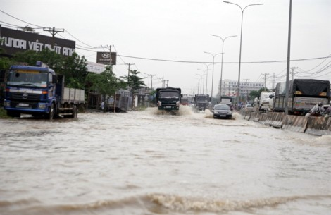 Biên Hòa chìm trong biển nước sau trận mưa kỷ lục do bão Doksuri