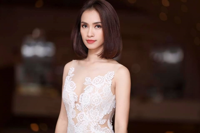 Ca si Ai Phuong xin loi vi phat ngon dua qua tron viec 'ban dam mua iPhone'