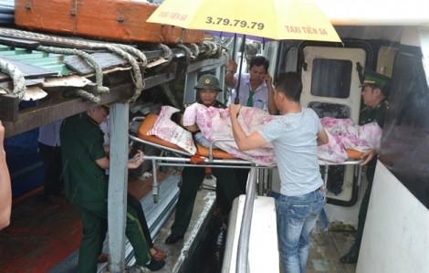 Tàu vượt biển động đưa sản phụ vào đất liền cấp cứu