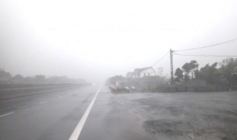 Đường vắng tanh, biển quảng cáo bay khắp đường trước bão siêu Doksuri đổ bộ