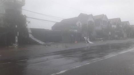 Siêu bão Doksuri đổ bộ miền Trung, 2 người tử vong cùng hàng trăm nhà dân tốc mái