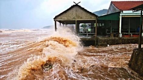 Dân đội mưa cứu đê trong bão, thủy điện chuẩn bị xả lũ 4.200 m3/s