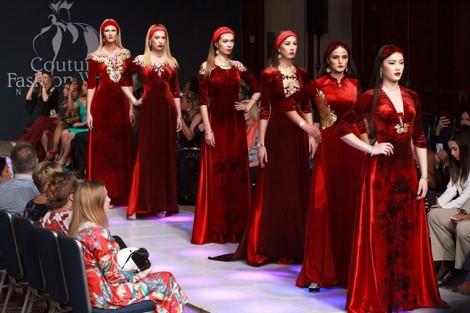 Áo dài dát vàng Việt Nam thướt tha trên sàn diễn thời trang New York