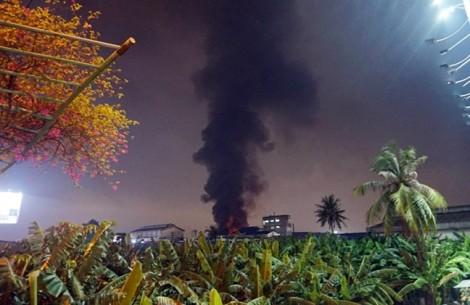 Hàng trăm chiến sĩ đang dập vụ cháy lớn trong khu công nghiệp Tân Bình