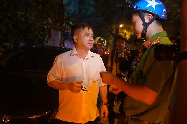 Ong Doan Ngoc Hai cho go niem phong oto dau via he di dam tang