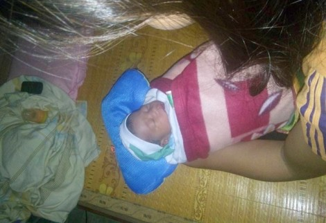 Đôi vợ chồng hiếm muộn nhặt được bé trai sơ sinh trong đêm mưa bão