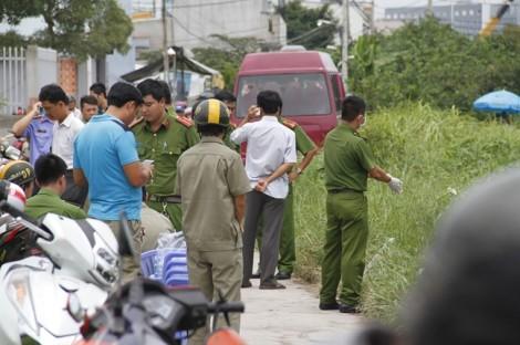 Thi thể trẻ sơ sinh quấn trong lớp chăn vứt ở bãi đất trống ven Sài Gòn