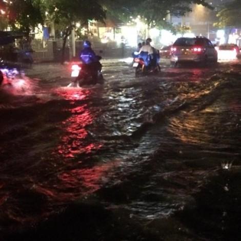 Mưa như trút nước, nhiều tuyến đường Sài Gòn thành sông