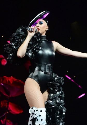 Sau Rihanna, Katy Perry diện đồ của NTK Công Trí lên sân khấu lớn