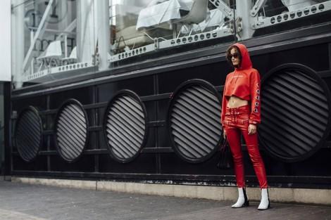 Sắc đỏ nóng bỏng 'tấn công' sàn diễn đường phố London
