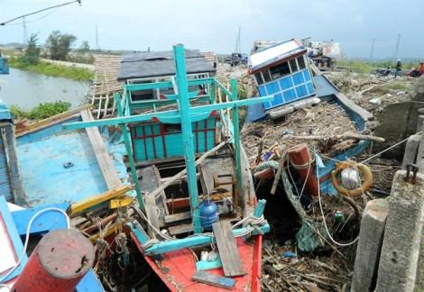 Ngư dân điêu đứng vì hàng chục tàu cá bị siêu bão Doksuri 'thổi' lên bờ