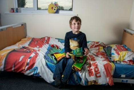 Mắc bệnh hiếm, bé trai 7 tuổi không thể ngưng cười