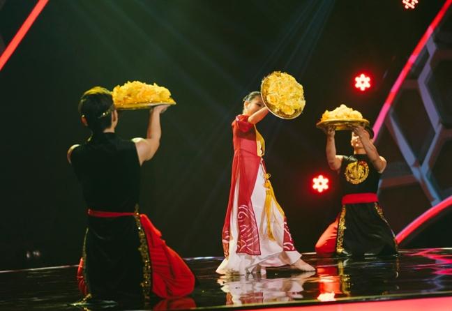 Nhac si Thanh Bui 'dung tim' khi xem co be 9 tuoi mua mam